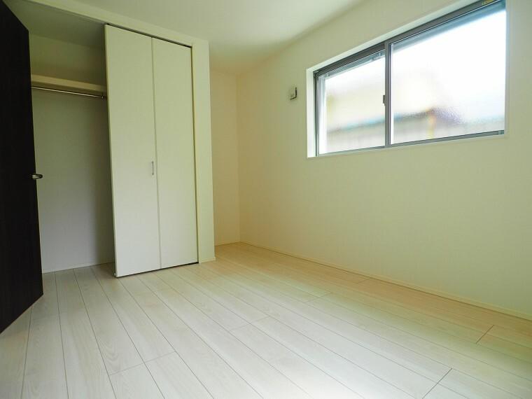 洋室 穏やかな光が差し込む室内には、穏やかな時間が流れます。休日には、落ち着いた空間で自分の趣味を楽しむのはいかがですか。