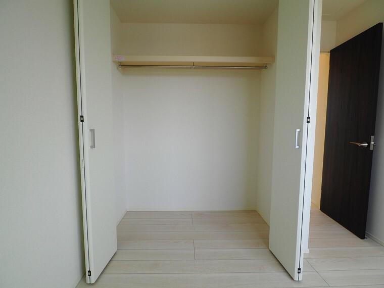 収納 2階は全室収納付き!家族みんなの荷物が片付きます 棚や収納ケースなどを組み合わせることで、使い方が広がりますね。ものが多くてもスッキリ片付きそうです。