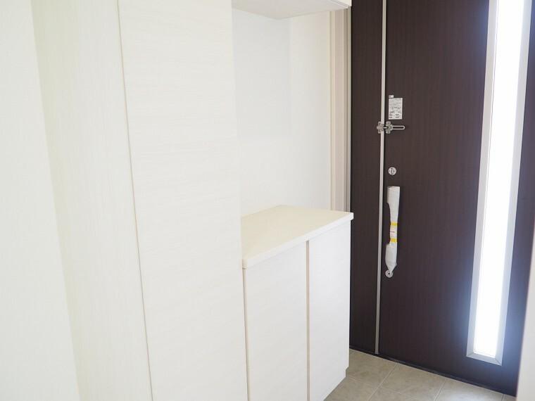同仕様写真(内観) 玄関 同仕様 シューズボックス付の玄関  玄関がスッキリとお使いいただけます