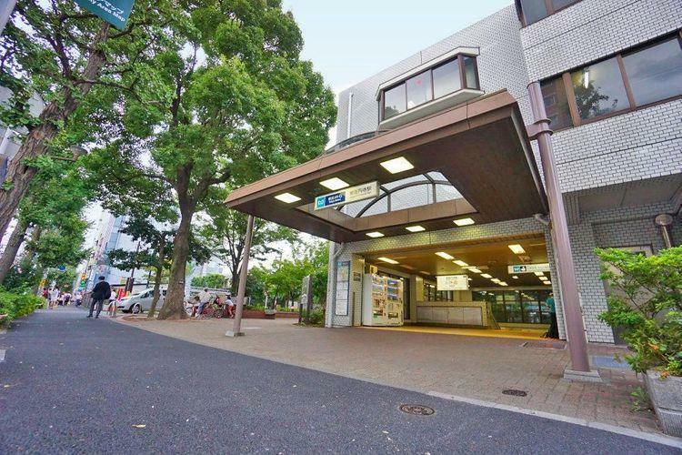 東高円寺駅(東京メトロ 丸ノ内線) 徒歩4分。近くにある蚕糸の森公園はかつての蚕糸の試験場の跡地を利用した公園で、今も当時の面影を見ることができます。お子様のための遊具や水遊びできる施設があり、区民…
