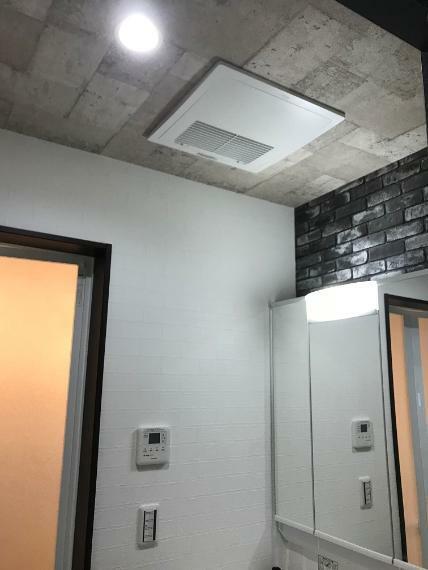 冷暖房・空調設備 【第1種換気システム】 天井裏に設置した熱交換気ユニットやダクトで換気を行うシステム(パナソニック製)。
