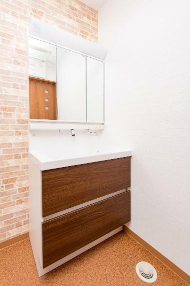 同仕様写真(内観) 収納豊富な洗面化粧台。ヘアセットの用品を入れておくと、お出かけ前の準備がすぐにできます。