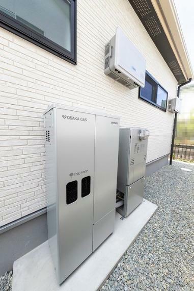 発電・温水設備 エネファームの発電は天候や時間帯に左右されないため、夜間の照明や冷蔵庫の継続運転、お湯の使用が可能です。