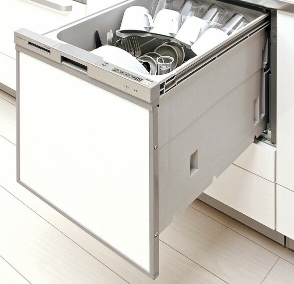 【食器洗い乾燥機】  水圧で延びる2段階式ノズルで、上部からもシャワーを拡散。庫内の食器すみずみまでしっかり洗い落とします。家事の時間短縮になるだけでなく、水道代の節約にもつながり一石二鳥です。