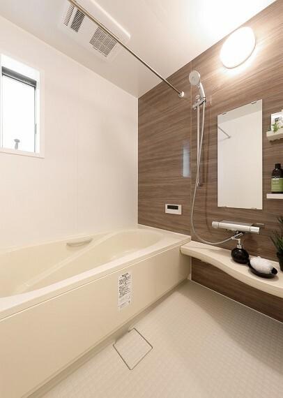 【浴室 LIXIL Arise】  最後のお一人まで温かいお湯を保つサーモバスや、冬場でも冷っとしないサーモフロアなど、ご家族の1日の疲れを癒してくれる設備を備えております。浴室換気乾燥暖房機付きで家事の効率UP。