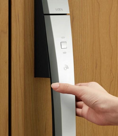 防犯設備 【玄関ドアシステムキー 】  玄関ドアシステムキーには、リモコンキーを持っていればドアに近づくだけで解錠する便利なノータッチスタイルを採用。オートロックにすることもでき、様々なシーンに対応します。