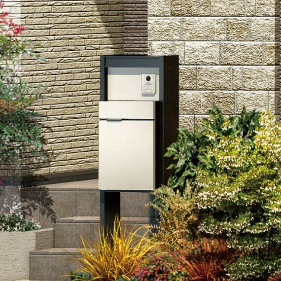 【宅配ボックス付機能門柱】  宅配ボックス、門灯、ポスト、TVホンが一体となったスタイリッシュかつ機能的な門柱を採用。外出時はもちろん家事で手が離せない時も荷物を受け取れます。