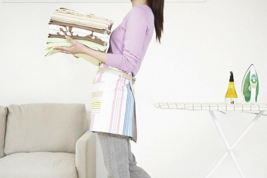 【ファミリーホールで家事サポート】  2階に設けたファミリーホールはバルコニーに直結。洗濯物の一時置きやアイロン掛けなど家事空間になる他、アイデア次第で多彩に利用できます。/Plan4(Mrs.)