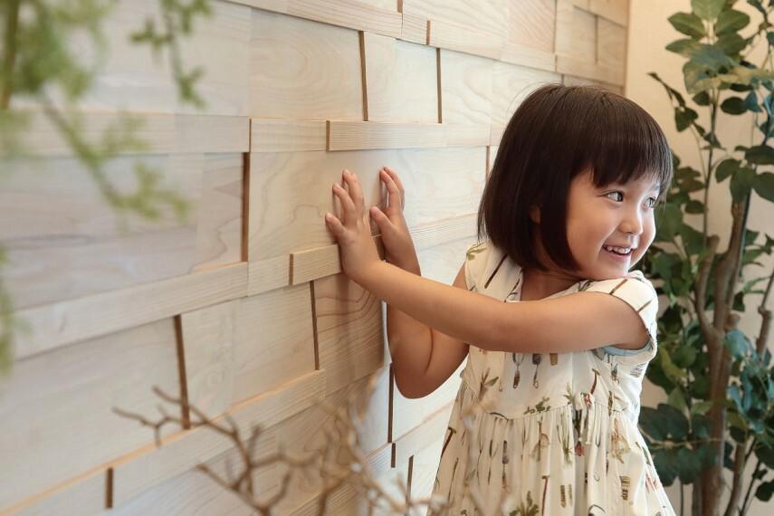 【シダーパネル木もれ美】  リビング空間を彩る素材には、芳香と美しい木目、独特の肌ざわりが心地よいシダーパネルを採用しました。調湿効果もあり、木のあたたかみを存分に楽しめる壁面素材です。
