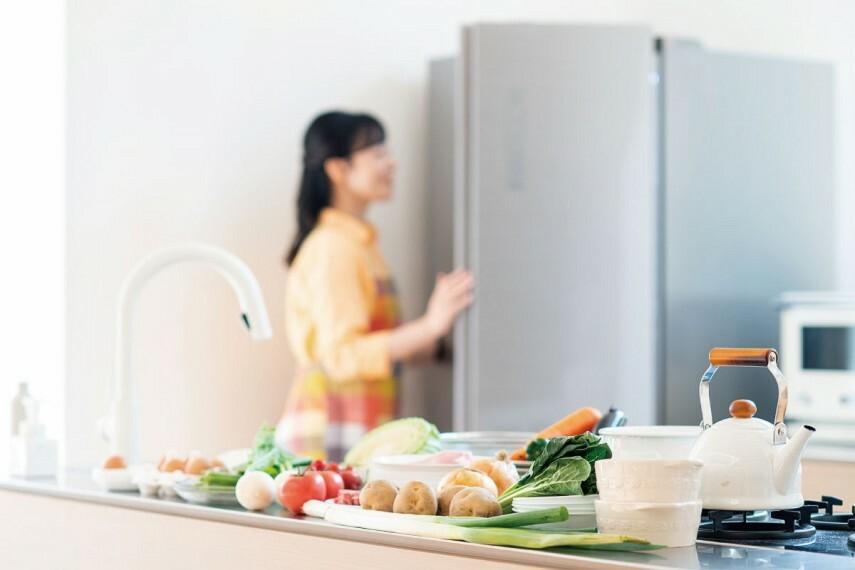 キッチン 【プラスワンフリーザー】  コンパクトで大容量な冷凍庫と専用の設置スペースをご用意。冷凍食品のストックや下準備した食材の保存ができるので、効率よく家事をこなせる便利なアイテムです。
