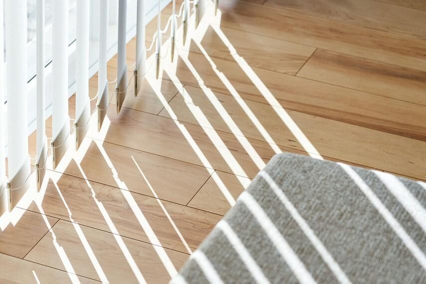 【床と光で空気をキレイにする】  室内照明が当たるだけで床に蓄積する不快・不安物質を、水や炭酸ガスに分解・除去する「可視光型光触媒」をフローリングに採用。安心・安全・健康な暮らしを床から支えます。