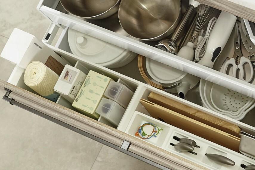 キッチン/クリナップ「キャビネット」  包丁やまな板、ラップやアルミホイルなどをすっきり収納。約20cm引き出すだけで使用頻度の高いものをスムーズに取り出せます。