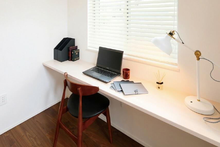 居間・リビング 書斎  テレワーク用のスペースに最適な奥行きあるカウンターを備えた書斎。※4号棟(写真はイメージです)