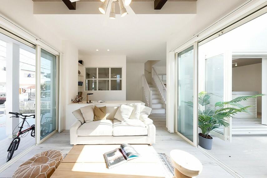 居間・リビング グランマーレ船橋二和向台 モデルハウス街区/リビング  大きく開かれた窓から室内に注がれる陽光は、上品なくつろぎ空間を照らし、爽やかな風を感じます。(2021年4月撮影)