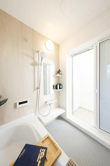 浴室 グランマーレ船橋二和向台 モデルハウス街区/浴室  浴室からテラスに繋がる明るい空間です。目隠しがあるので、バスタイムをゆっくり寛げます。(2021年4月撮影)