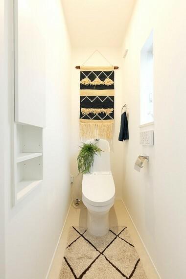 トイレ グランマーレ船橋二和向台 モデルハウス街区/トイレ  収納棚と小窓がついた明るく清潔感ある空間です。(2021年4月撮影)