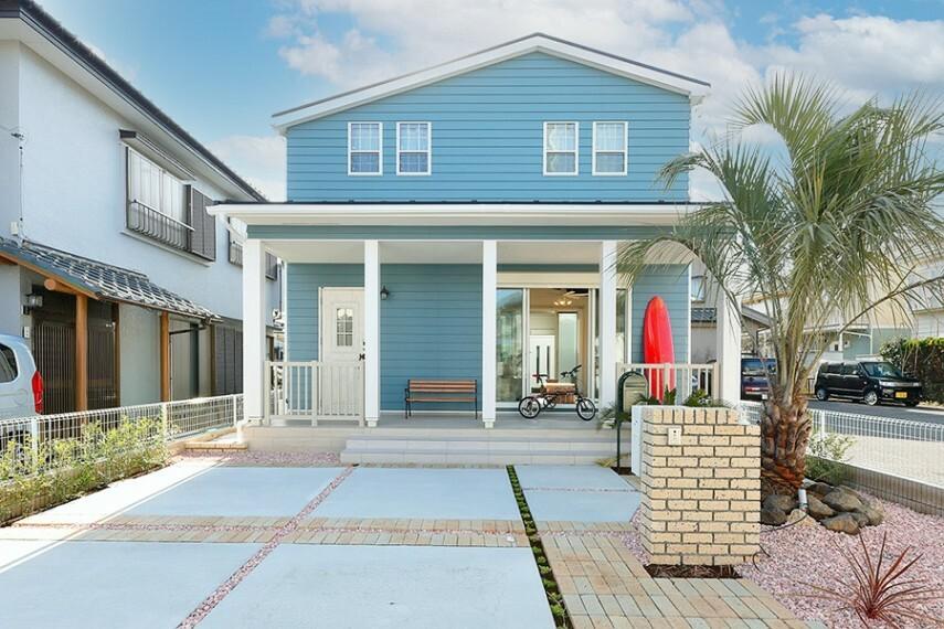 現況外観写真 グランマーレ船橋二和向台 モデルハウス街区  白を基調に、涼やかな色合いのラップサイディングで彩りを。アメリカ西海岸のビーチハウスを想わせるデザイン。(2021年4月撮影)