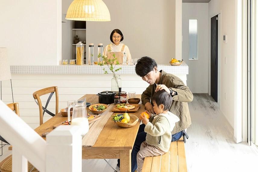 居間・リビング グランマーレ船橋二和向台 モデルハウス街区/ダイニング  家事をしながらリビングダイニングにいる家族との会話を楽しめる対面式キッチン。子どもの遊びや勉強もキッチンから見守れます。(2021年4月撮影)