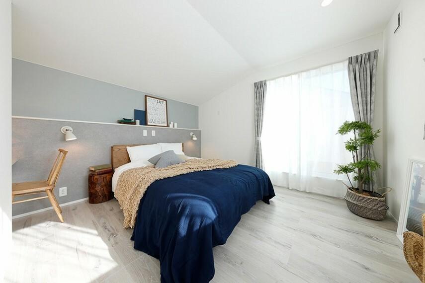グランマーレ船橋二和向台 モデルハウス街区/主寝室  バルコニーに繋がる、アクセントクロスがお洒落な主寝室です。ウォークインクローゼット付きです。(2021年4月撮影)