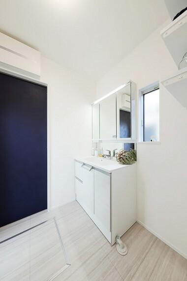 洗面化粧台 グランマーレ船橋二和向台 モデルハウス街区/洗面所  ゆとりある洗面スペースとスタイリッシュなデザインが魅力的な洗面化粧台。(2021年4月撮影)