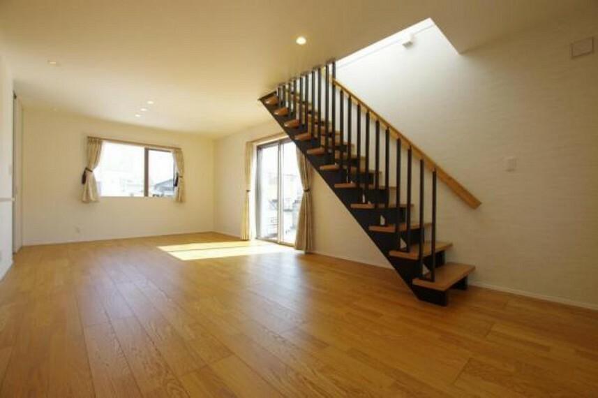 居間・リビング リビングに階段があり自然と家族が顔を合わせられる作りです
