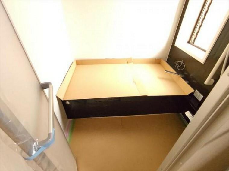 浴室 (リフォーム中写真4/18撮影)浴室は ハウステック製の1坪タイプ、新品のユニットバスに交換しました。お湯の温度を設定したら、湯はり、追い焚き、保温がリモコンで操作できて、残業で遅くなっても温かなお風呂に入れます。