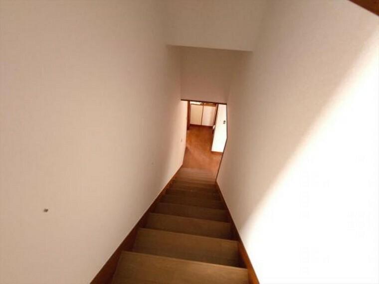 (リフォーム中写真4/25撮影)階段には新たに滑り止めを設置予定です。小さなお子様やご年配のかたも昇降しやすいよう配慮します。
