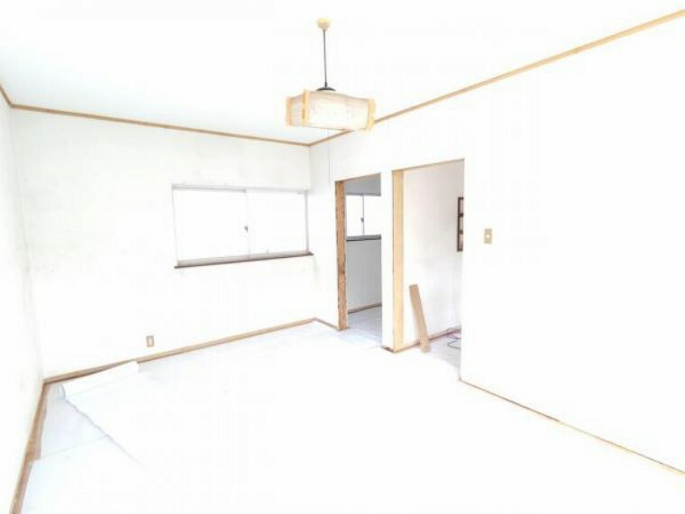 【RF中写真】4/30撮影 天井、壁をクロス張り床をフローリング重ね張り予定です。照明、建具も新品に交換予定です。