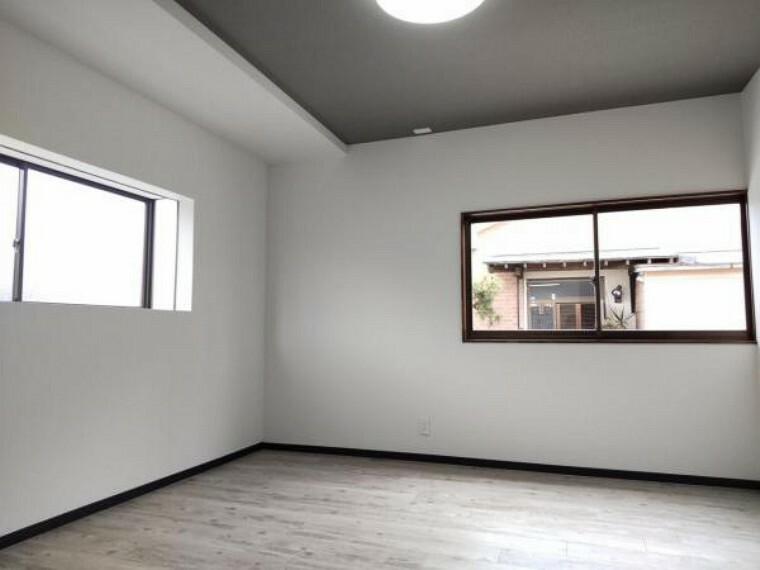洋室 【リフォーム済】約7.5帖の洋室空間です。もともとダイニングキッチンだったスペースは間取り変更で洋室へと生まれ変わりました。窓は2面とも腰窓の高さなのでベッドの置き位置にも自由度があります。