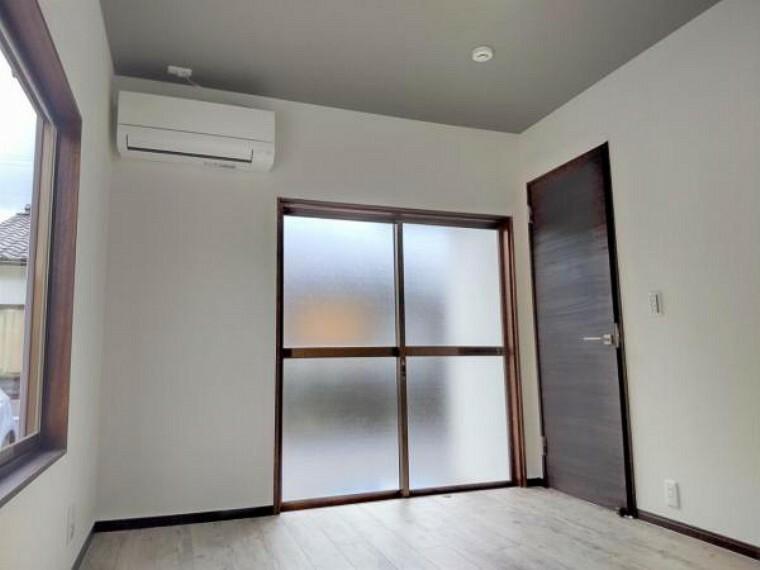 洋室 【リフォーム済】南東側6帖の洋室です。天井・壁のクロスを貼り替え、床は明るい色のフロアタイルに張り替えました。
