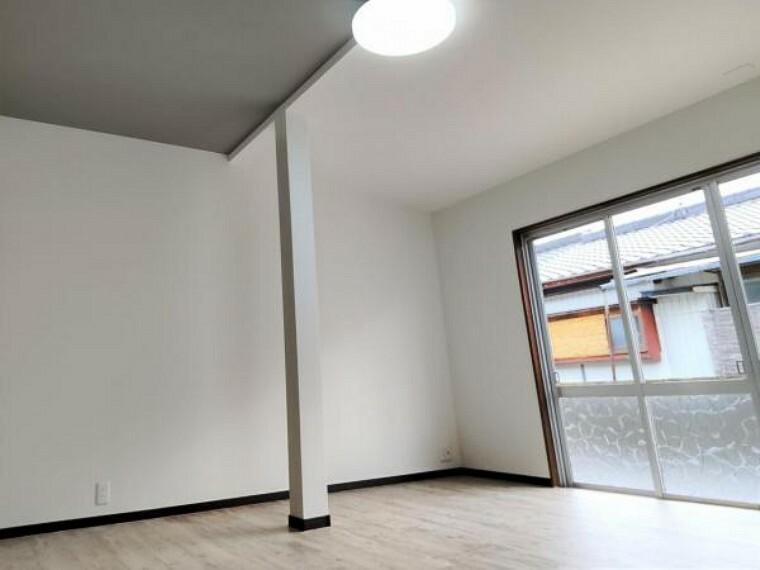 洋室 【リフォーム済】玄関入ってすぐにある約9.5帖の洋室です。