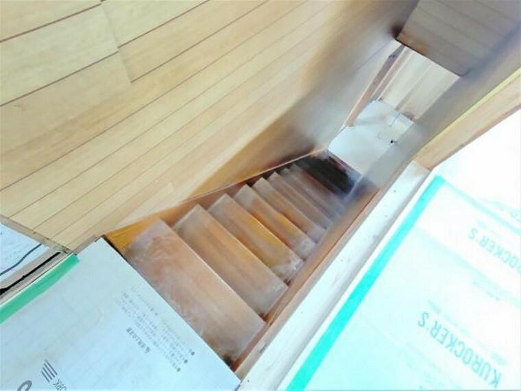 構造・工法・仕様 【リフォーム中】階段は一部重ね張り、一部塗装をします。手すりとすべり止めを設置するため、小さなお子様でもラクラク上り下りできますよ。