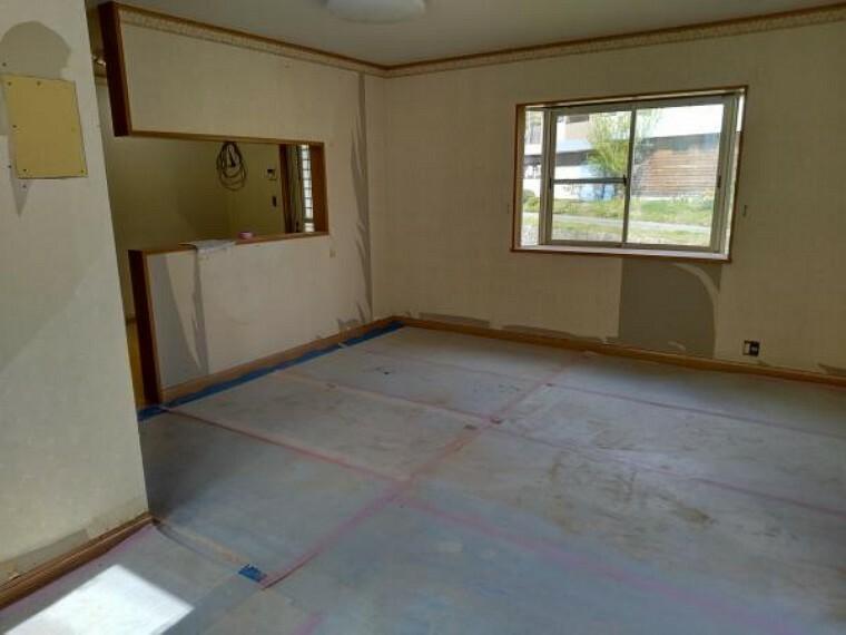 リビングダイニング 【リフォーム中写真】リビングは天井・壁クロスと床を張替えます。対面キッチンで家族団らんを楽しんでください。