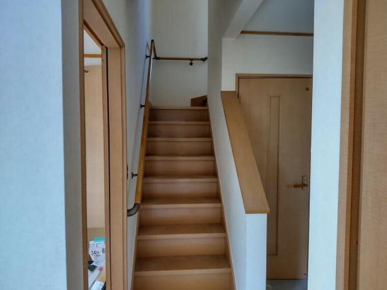 【リフォーム中写真】階段は手すりを交換し、ピカピカにクリーニングします。