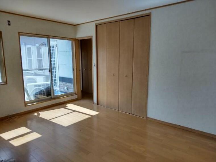洋室 【リフォーム中写真】2階上がって正面の洋室です。天井と壁クロスを張替え、床はピカピカにクリーニングします。ベランダに出ることができるので、お布団を干す際も便利です。