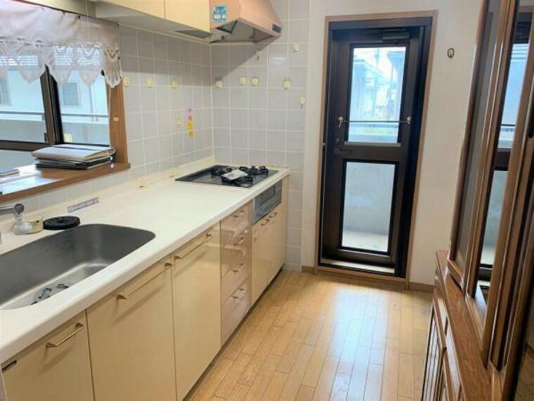 キッチン 【リフォーム前写真】キッチンはクリーニング、水栓の交換、照明の交換を行います。対面キッチンなので、ご家族の様子を見ながらお料理ができますよ。