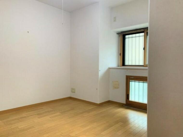【リフォーム前写真】約6帖の洋室のお部屋です。こちらは床のクリーニング、クロス張替えを行います。