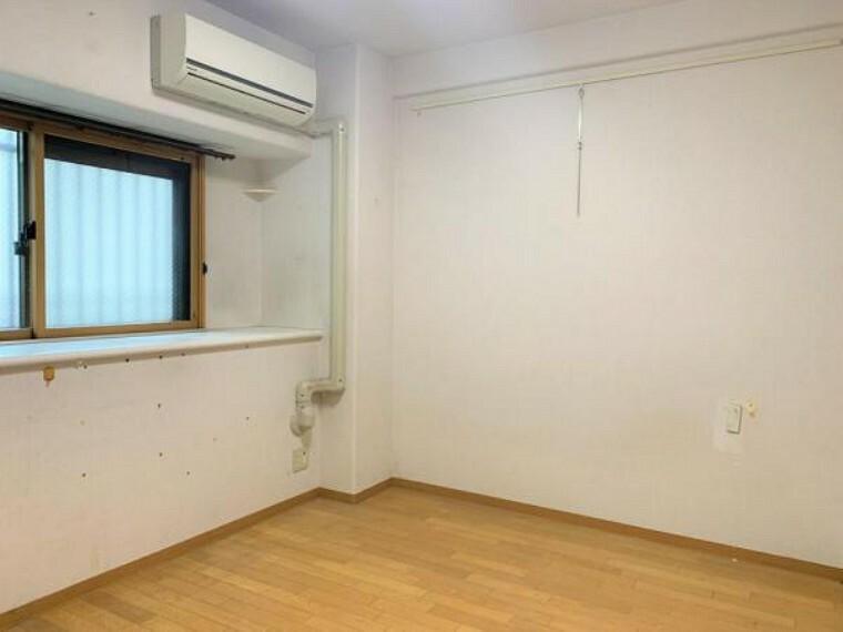 【リフォーム前写真】約5帖洋室の写真です。こちらも床のクリーニング、クロスの張替えを行います。