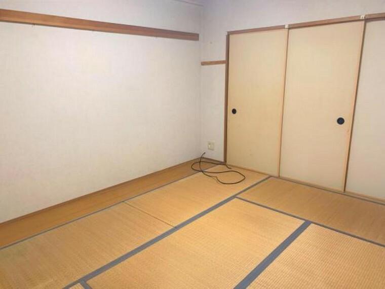 【リフォーム前写真】6帖の和室は畳の表替え、襖・クロスの張替えを行います。