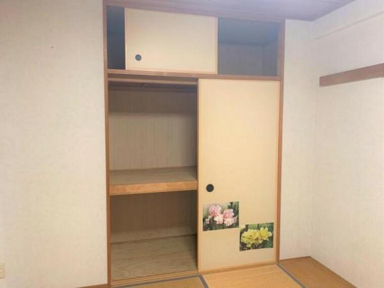 収納 【リフォーム前写真】6帖和室には押し入れがあります。襖の張替え、クリーニングを行います。