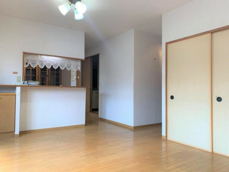居間・リビング 【リフォーム前写真】リビング別角度から。和室の扉を開けて使えば、さらにリビングを広く使えそうです。