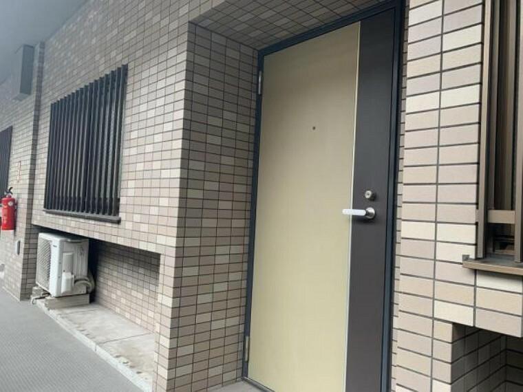玄関 【共用部】玄関は鍵の交換を行う予定です。