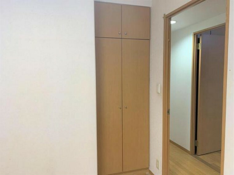 収納 【リフォーム前写真】約5帖洋室のクローゼットです。こちらはクリーニングを行います。
