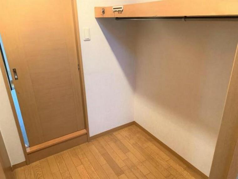 収納 【リフォーム前写真】約6帖の洋室にはウォークインクローゼットがあります。収納が多いのは嬉しいポイントですね。
