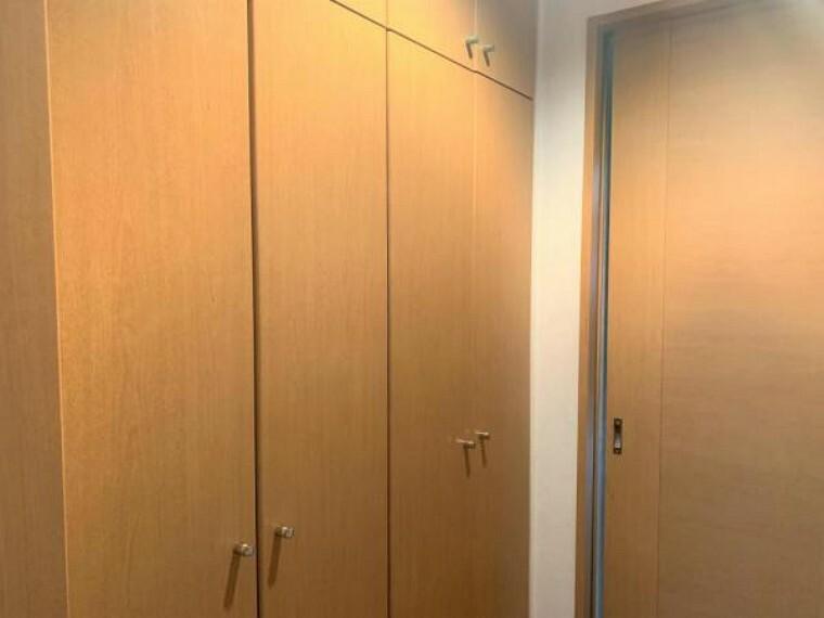 収納 【リフォーム前写真】ウォークインクローゼットの中にも棚があります。新たに棚を買う必要がなく、クローゼット内の限られたスペースを有効活用できますよ。