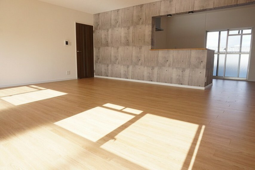 居間・リビング LDKは約24帖の大空間です。陽当たり良好で、いつでもご家族がくつろげる空間になっております^^