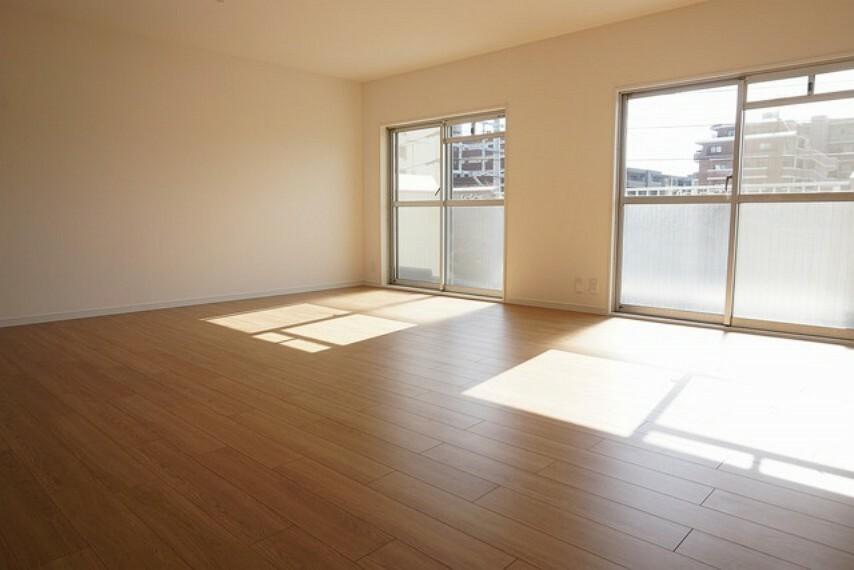 居間・リビング 大きな窓のあるリビングは日当たりも良く、開放的な空間です。