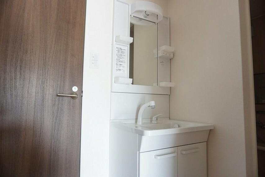 洗面化粧台 白を基調とし、明るく清潔感のある洗面台です。