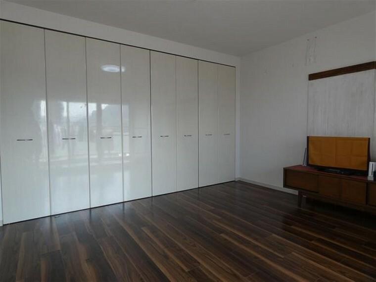 寝室 壁一面のクローゼットで収納力のある洋室です