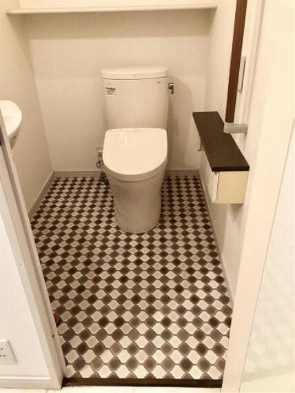 トイレ 手摺り付き、手洗い 付き、収納棚付き 快適な空間です